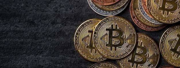 Conceito de negócio de vista superior de dinheiro criptomoeda bitcoin no fundo da mesa de ardósia preta escura.
