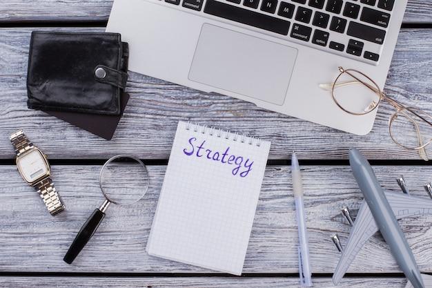 Conceito de negócio e estratégia internacional. laptop com avião de brinquedo na mesa de madeira branca.