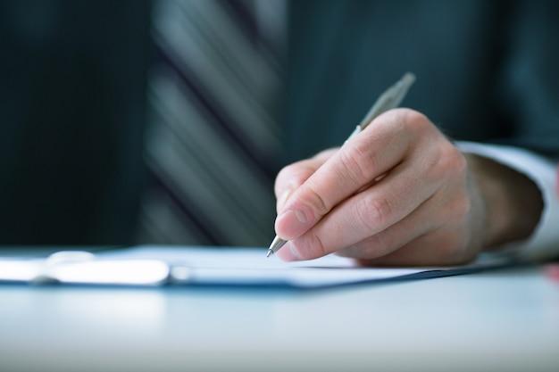 Conceito de negócio: empresário assina contrato