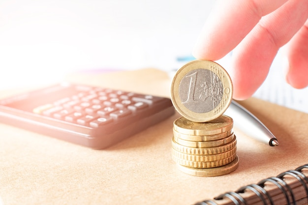 Conceito de negócio, finanças ou investimento. moedas, talão de cheques ou caderno e caneta-tinteiro, calculadora.