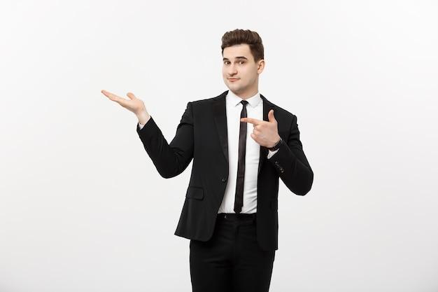 Conceito de negócio: homem de negócios bonito atraente mostra lado a lado. copie o espaço no fundo branco