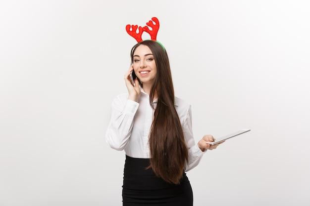 Conceito de negócio - jovem mulher de negócios caucasiano falando telefone onmoblie com feliz expressão facial.