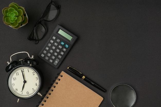 Conceito de negócio material de escritório em fundo preto com um espaço de cópia