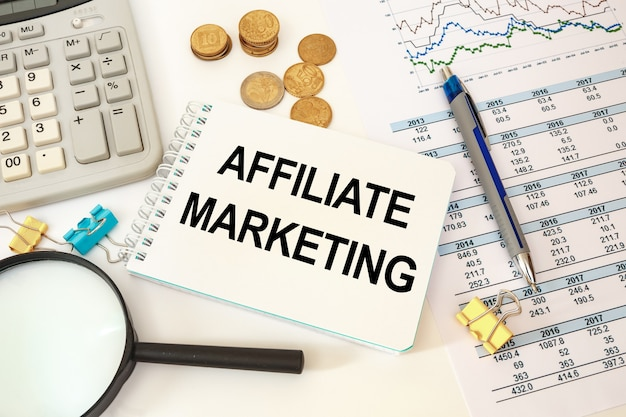 Conceito de negócio. mesa de escritório e caderno de trabalho com inscrição em marketing afiliado