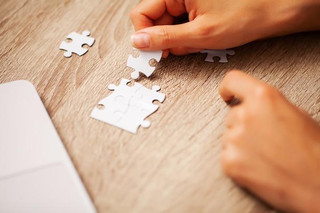 Conceito de negócio, mulher fechar compõe o quebra-cabeça