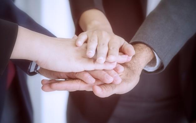 Conceito de negócio; negócios juntar as mãos sucesso para negociação, trabalho em equipe para atingir metas, mão co