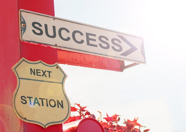 Conceito de negócio pela velha placa de rua com sucesso
