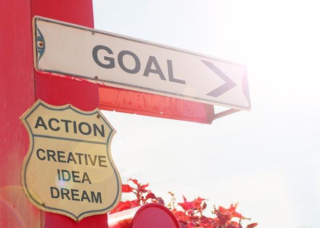 Conceito de negócio por old street sign with goal