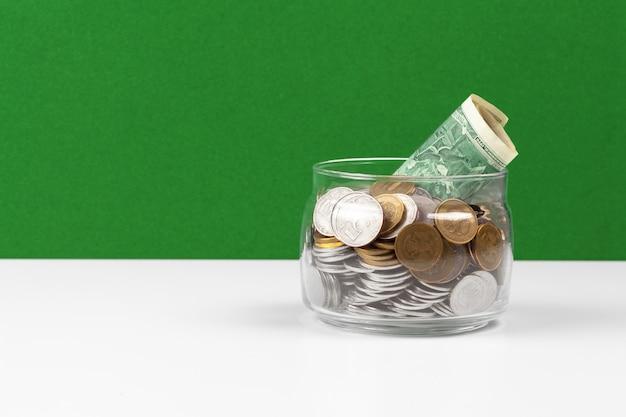Conceito de negócio, salvando o planejamento com moedas em frasco de vidro