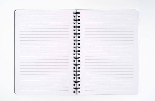 Conceito de negócio - vista superior da coleção da frente do caderno kraft espiral, página aberta roxa e branca isolada no fundo para maquete