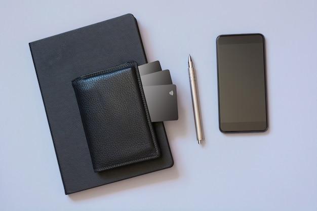 Conceito de negócios. armazenando informações sobre cartões de crédito em um aplicativo móvel.