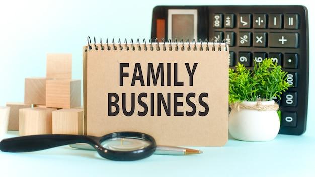 Conceito de negócios. caderno com o texto family business folha de papel branco para anotações