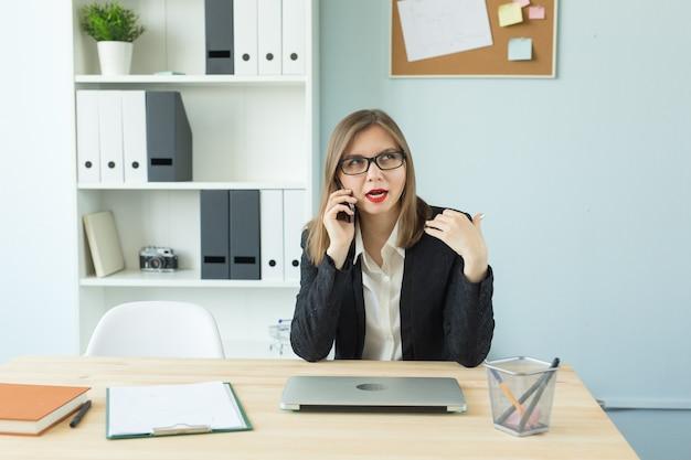 Conceito de negócios, corretor de imóveis e pessoas - mulher atraente com lábios vermelhos no escritório falando ao telefone