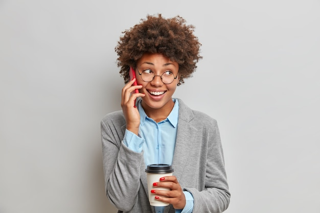 Conceito de negócios e comunicação de pessoas. ainda bem que uma mulher afro-americana de pele escura tem uma conversa telefónica