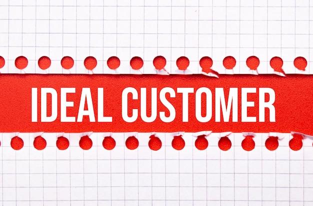 Conceito de negócios e direito. entre duas folhas de caderno sobre fundo vermelho a inscrição - cliente ideal