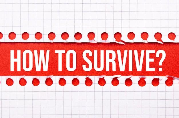 Conceito de negócios e direito. entre duas folhas de caderno sobre um fundo vermelho a inscrição - como sobreviver