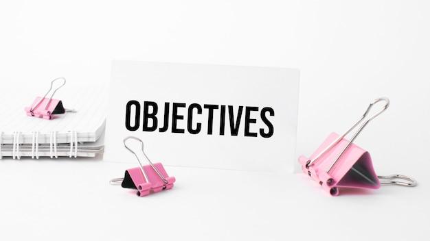 Conceito de negócios e finanças. sobre a mesa está um caderno, uma caneta e um cartão de visita com a inscrição - objetivos