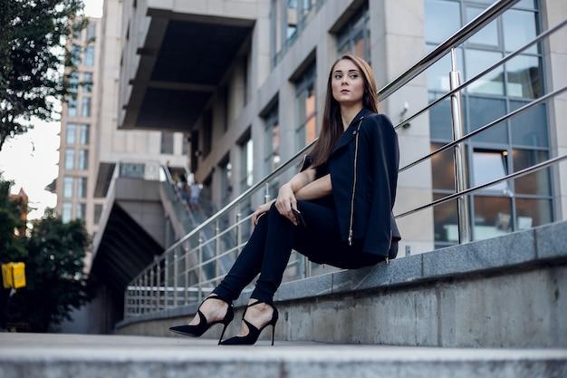 Conceito de negócios e pessoas - mulher de negócios moderna no escritório com espaço de cópia