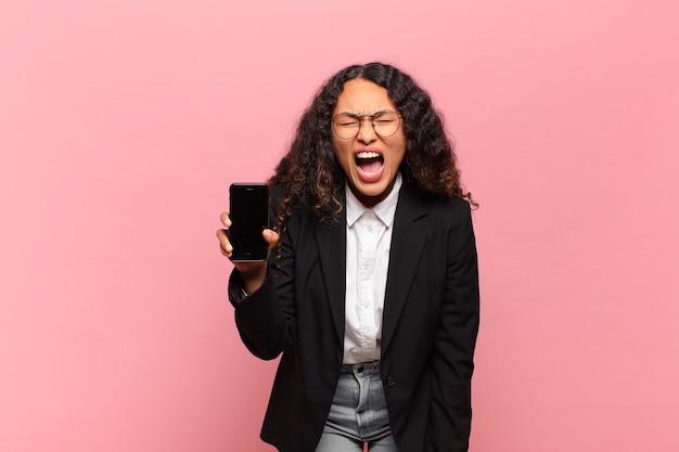 Conceito de negócios e smartphone jovem mulher bonita hispânica