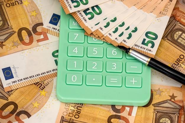 Conceito de negócios e troca com dinheiro e calculadora do euro. economia