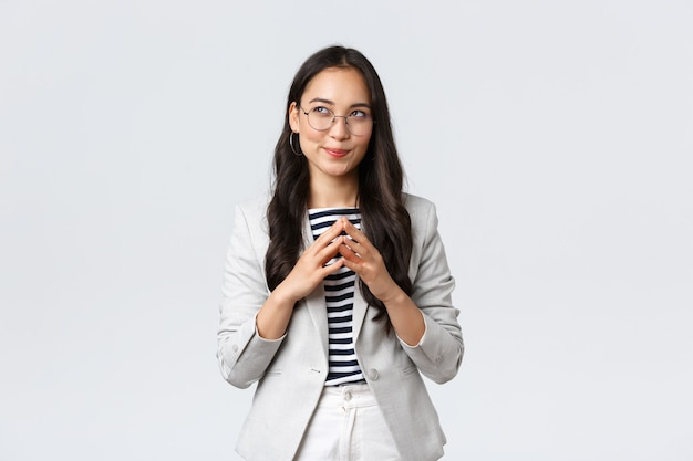 Conceito de negócios, finanças e emprego, empresário e dinheiro. jovem empresária asiática criativa tem uma ideia inteligente, pensando, planejando ou preparar um plano, virar o dedo e olhar sonhador Foto gratuita