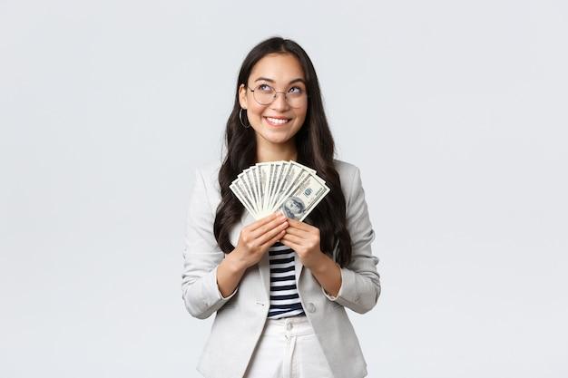 Conceito de negócios, finanças e emprego, empresário e dinheiro.