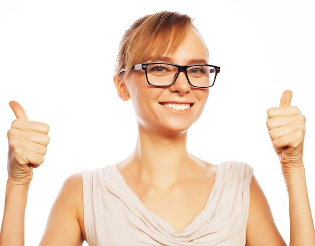 Conceito de negócios, finanças e pessoas: mulher de negócios feliz e sorridente com gesto de polegar para cima