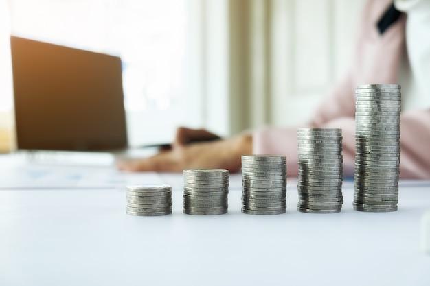 Conceito de negócios. linhas de moedas para o conceito financeiro e bancário com homem e mulher de negócios. uma metáfora de consultoria financeira internacional.