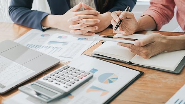 Conceito de negócios. pessoas de negócios, discutindo as tabelas e gráficos mostrando os resultados de seu trabalho em equipe bem-sucedido.
