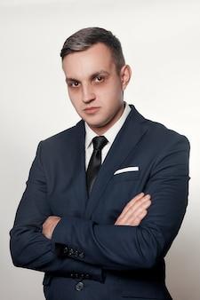 Conceito de negócios, saúde, pessoas e estilo de vida - retrato de homem bonito em terno azul preto. olheiras sob os olhos dos homens. retrato do empresário concentrado ou deprimido.