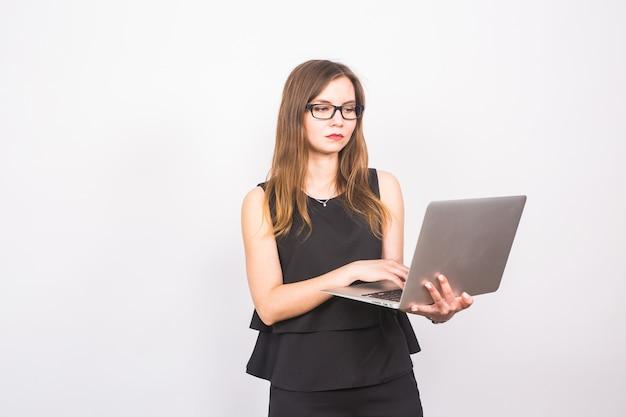 Conceito de negócios, tecnologia e pessoas - mulher de negócios com laptop em fundo branco.