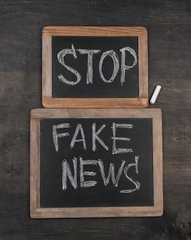 Conceito de notícias falsas com disposição plana do quadro-negro