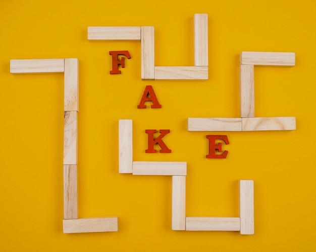 Conceito de notícias falsas com labirinto