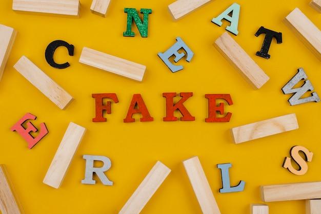 Conceito de notícias falsas com letras