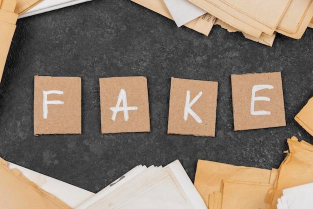 Conceito de notícias falsas com vista superior dos arquivos