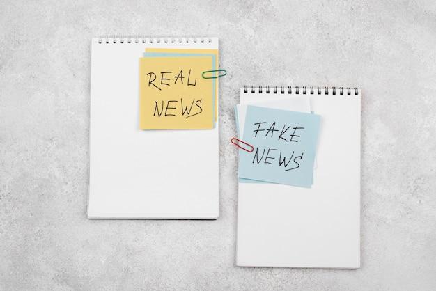 Conceito de notícias falsas de vista superior com post-its