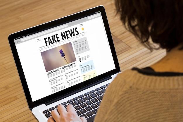 Conceito de notícias falsas em uma tela de laptop.