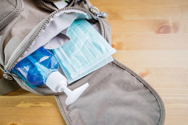 Conceito de novo ou próximo normal. máscara protetora, gel de álcool na bolsa de transporte para proteger quando sair.