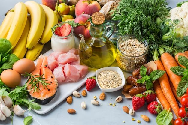 Conceito de nutrição balanceada para dash, alimentação limpa dieta mediterrânea flexível para parar a hipertensão e a pressão arterial baixa. variedade de ingredientes de alimentos saudáveis para cozinhar na mesa da cozinha.