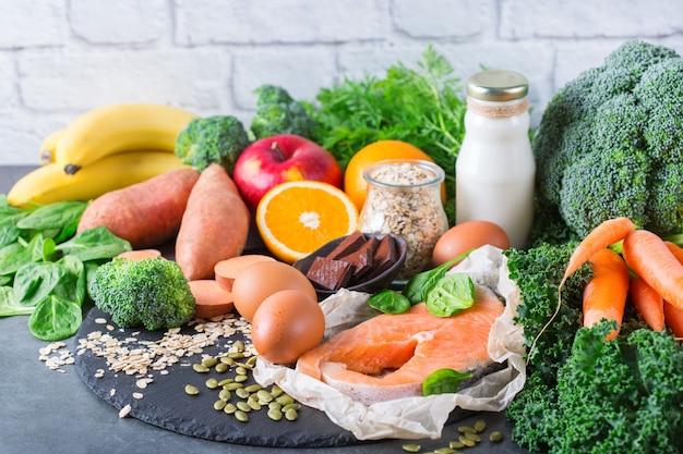 Conceito de nutrição equilibrada, asma e alimentos de alívio respiratório, dieta alimentar limpa. variedade de ingredientes saudáveis ricos em vitamina d, a, beta-caroteno, magnésio para cozinhar na mesa da cozinha.