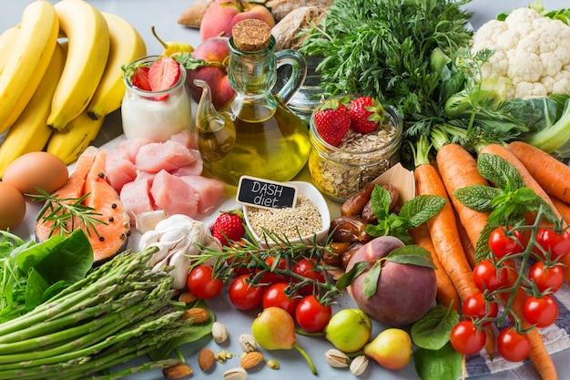 Conceito de nutrição equilibrada para dash. variedade de ingredientes de alimentos saudáveis para cozinhar na mesa da cozinha.