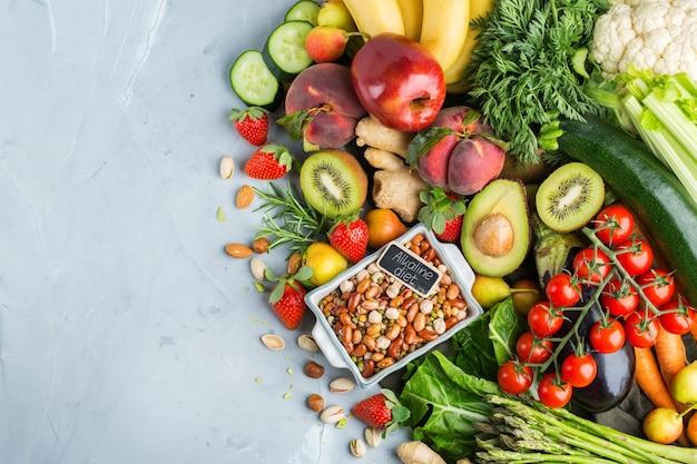 Conceito de nutrição equilibrada para uma dieta alcalina de alimentação limpa. variedade de ingredientes de alimentos saudáveis para cozinhar na mesa da cozinha. vista superior do plano de fundo