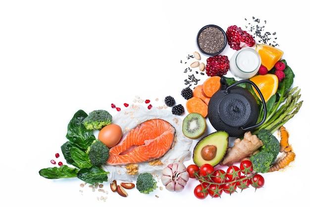 Conceito de nutrição equilibrada para uma dieta alimentar limpa. variedade de alimentos saudáveis, ingredientes de superalimento para cozinhar na mesa da cozinha. vista superior do plano de fundo, cópia espaço, isolado