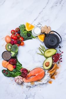 Conceito de nutrição equilibrada para uma dieta alimentar limpa. variedade de alimentos saudáveis, ingredientes de superalimento para cozinhar na mesa da cozinha. vista superior do plano de fundo, copie o espaço