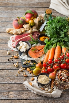 Conceito de nutrição equilibrada para uma dieta mediterrânea flexitariana de alimentação limpa. variedade de ingredientes de alimentos saudáveis para cozinhar na mesa da cozinha. vista superior do plano de fundo
