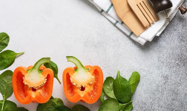 Conceito de nutrição saudável e culinária dietética. ingredientes frescos para comer vegetais, especiarias, ervas e azeite cinza parede velha de concreto. vista do topo