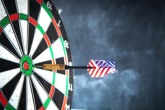 Conceito de objetivo. dardo no centro do círculo