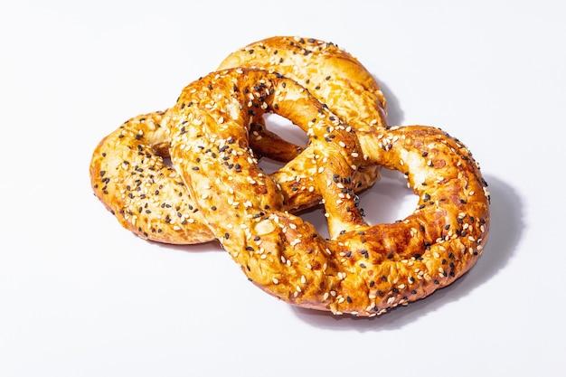Conceito de oktoberfest - pretzels isolados em um fundo branco. uma luz forte, sombra escura da moda