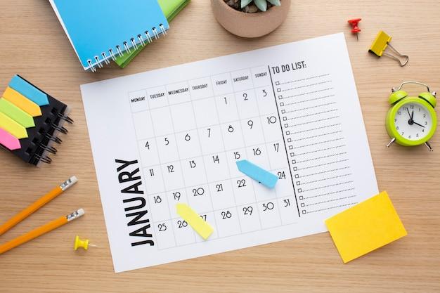 Conceito de organização de tempo com calendário acima da vista