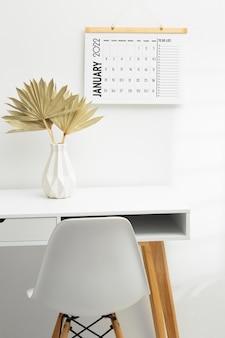 Conceito de organização de tempo com mesa e calendário